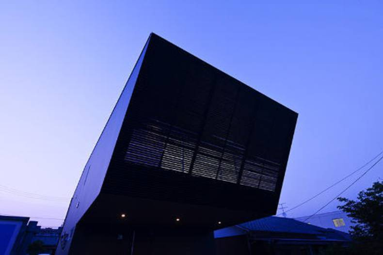 Futuristic Lift house by Apollo Architects and Associates