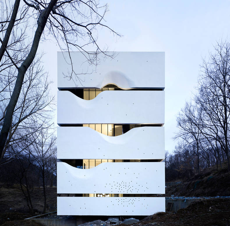 Blockhouse which illuminates like a luminary:  AZL architects